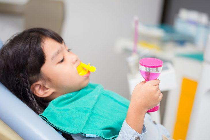 Фторлак для зубов: зачем и как его применяют