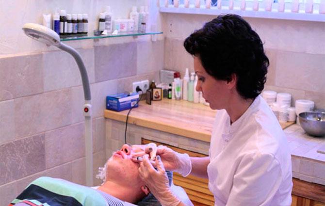Как эффективно убрать пятна после прыщей на лице: рекомендации косметологов